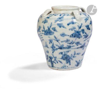 CHINE - XVIIe siècle Petit vase en porcelaine...