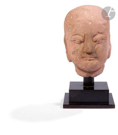 CHINE - Époque MING (1368 - 1644) Grande tête de Luohan en grès gris beige esquissant...