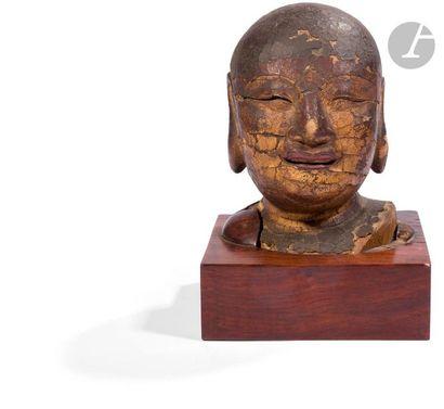 CHINE - Époque MING (1368 - 1644) Tête de moine en bois laqué or, les yeux mi-clos,...