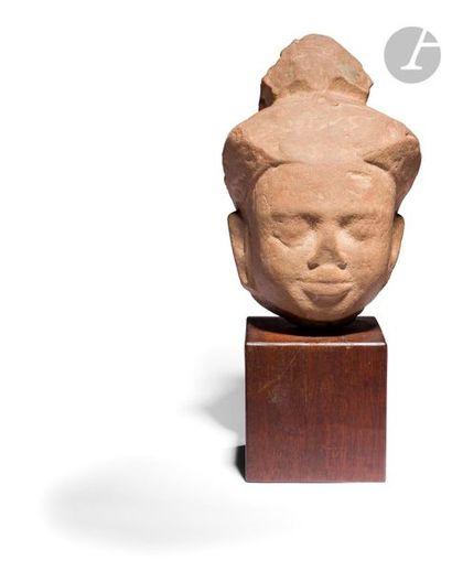 CAMBODGE - Période khmère, Xe / XIIIe siècle Tête de bouddha en grès gris sculpté,...