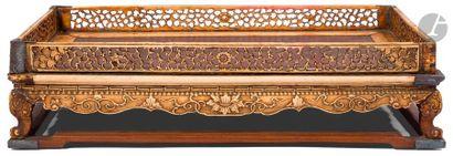 VIETNAM - XIXe siècle Socle rectangulaire en ivoire sculpté et ajouré à décor de...
