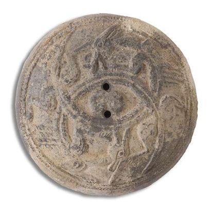 CHINE - Époque HAN (206 av. JC - 220 ap. JC) Ensemble comprenant : - Couvercle d'urne...