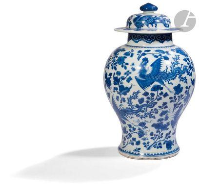 CHINE - Époque KANGXI (1662 - 1722) Potiche couverte balustre en porcelaine émaillée...