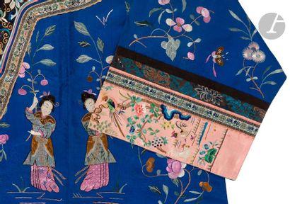 CHINE - XIXe siècle Veste de femme fermée sur le côté en soie bleu foncé damassée...