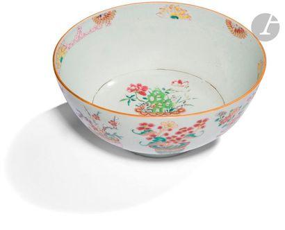 CHINE, Compagnie des Indes - Époque QIANLONG (1736 - 1795) Bol en porcelaine émaillée...