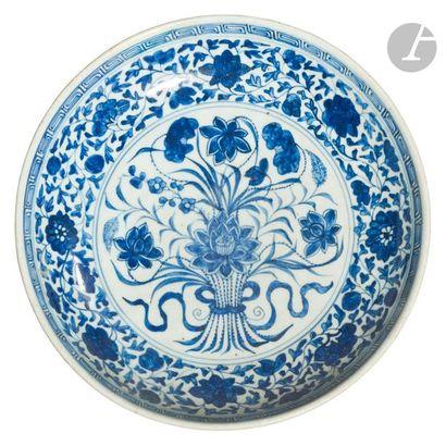 CHINE - XVIIIe siècle Plat creux en porcelaine...