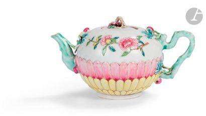 CHINE - XVIIIe siècle Théière en porcelaine...