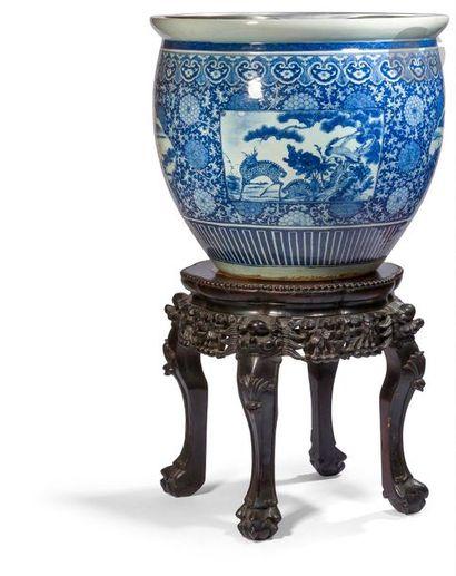 CHINE - XVIIIe siècle Vasque en porcelaine...