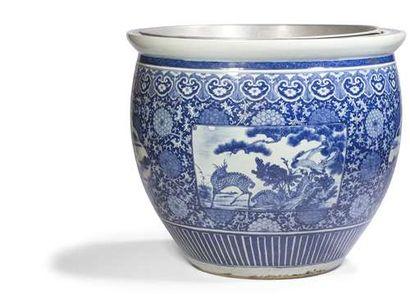 CHINE - XVIIIe siècle Vasque en porcelaine blanche émaillée en bleu sous couverte...