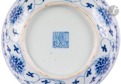 CHINE - Époque DAOGUANG (1821 - 1850) Paire de coupes en porcelaine décorée en bleu...