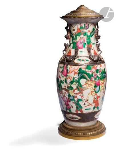 CHINE, Nankin - Fin XIXe siècle Vase en porcelaine...