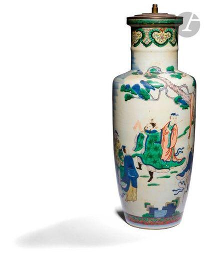 CHINE - XIXe siècle Vase rouleau en porcelaine...
