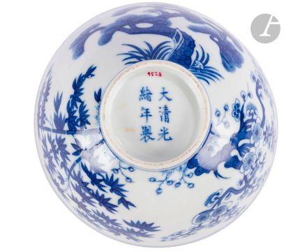 CHINE - Époque GUANGXU (1875 - 1908) Bol en porcelaine décorée en bleu sous couverte...
