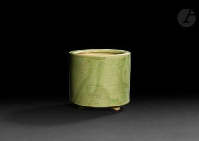 CHINE - XXe siècle Pot tripode en grès émaillé céladon. H. 10,7 cm ; diam. 10,4...
