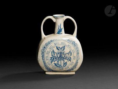 VIETNAM - XVe / XVIe siècle Gourde à deux anses en grès bleu blanc à décor central...