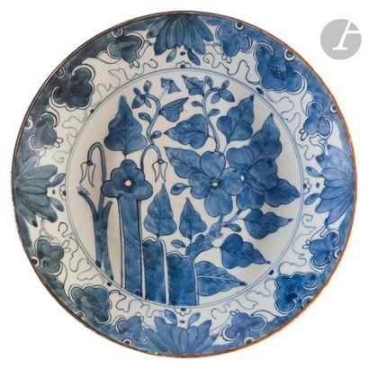 JAPON - XXe siècle Deux plats ronds en porcelaine...