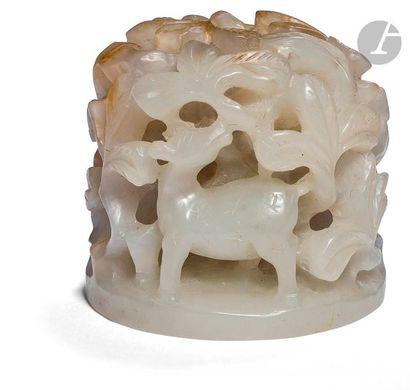 CHINE - époque MING (1368 - 1644) Ornement de chapeau en néphrite sculptée et ajourée...
