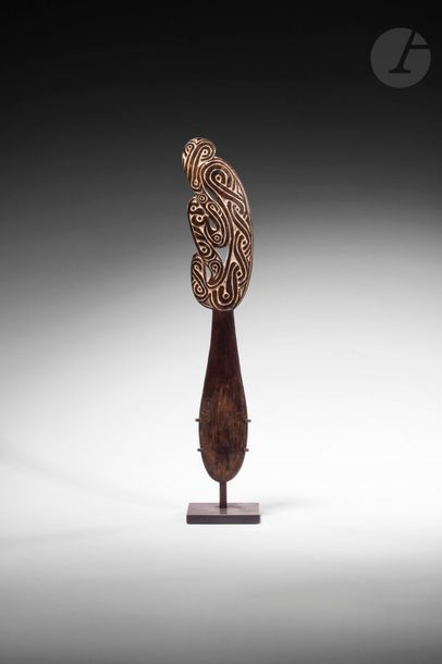 Une élégante spatule à chaux à décors gravés...
