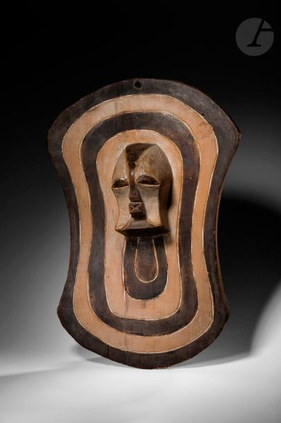 Une sculpture en forme de bouclier ornée...