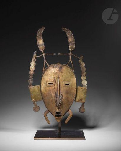 Un masque de type Kpelie, orné de deux personnages...