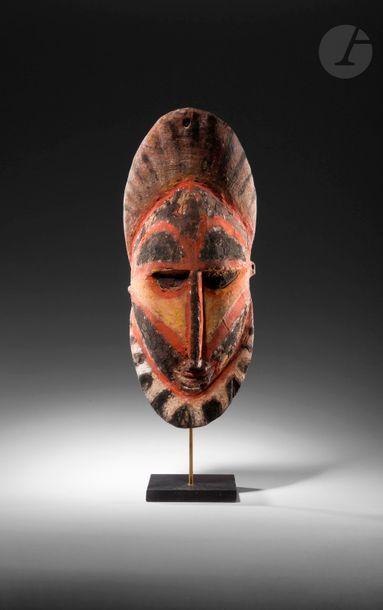 Un masque ornemental percé en partie haute,...