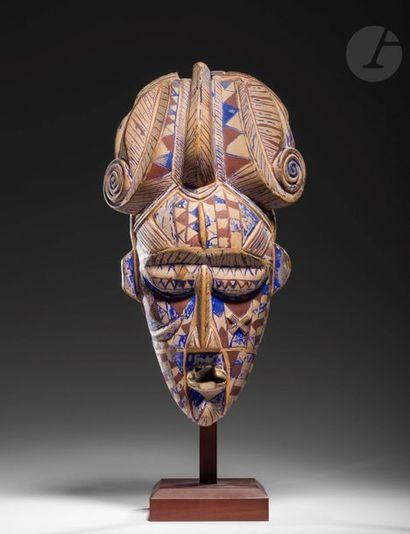 Un rare et ancien masque du Do polychrome....