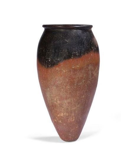 ÉGYPTE. Vase à panse fusoïdale surmontée...