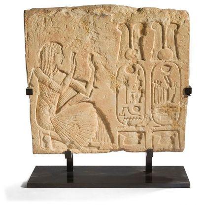 ÉGYPTE. Bas-relief gravé en creux d'une scène....
