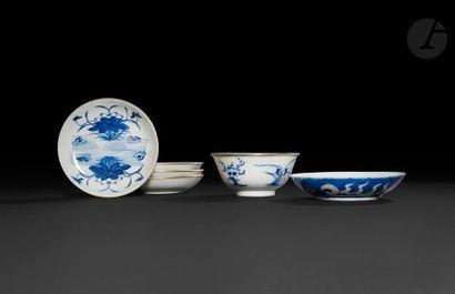 Chine  Cinq soucoupes et un bol en porcelaine...