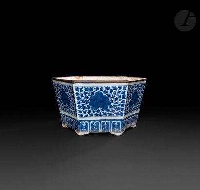 Chine  Jardinière hexagonale en porcelaine...