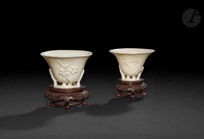 Chine  Deux coupes libatoires en porcelaine...