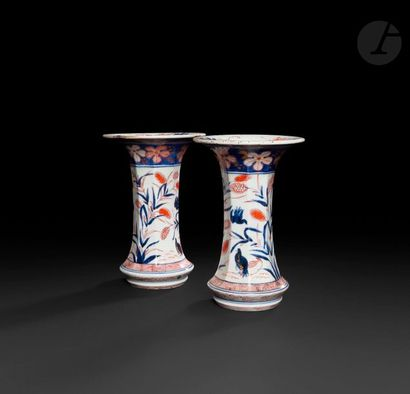 Japon  Paire de vases de forme cornet à décor...