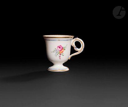 Sèvres  Tasse à glace en porcelaine dure...