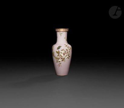 Sèvres  Vase en porcelaine à décor en pâte-sur-pâte...