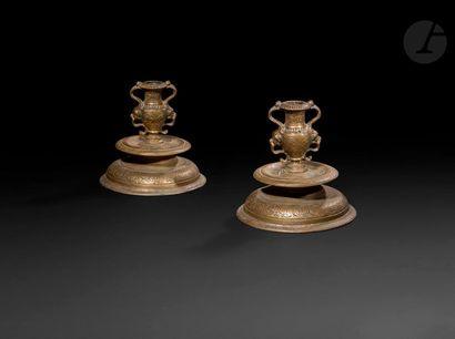 Paire de bougeoirs en bronze ; base circulaire...