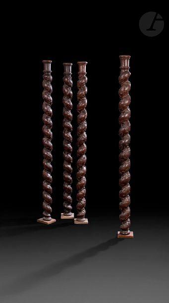 Quatre colonnes torses en chêne sculpté à...