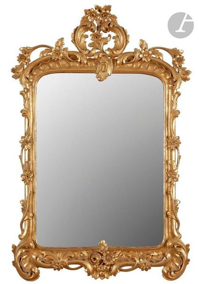 Miroir en bois doré à décor de feuillages,...