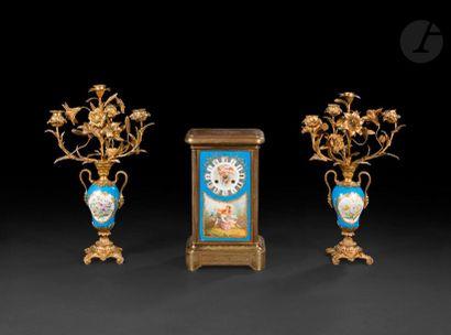 Paire de candélabres en porcelaine et bronze...
