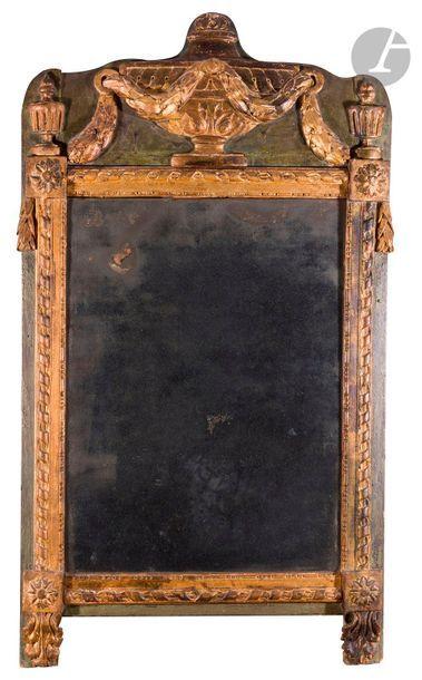 Miroir en bois peint et doré, l'encadrement...