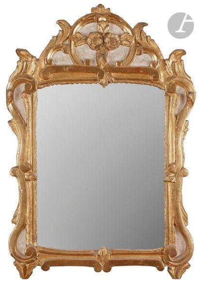Miroir en bois peint et doré, à décor de...