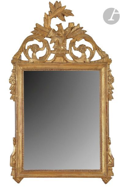 Miroir en bois doré, l'encadrement à moulures...