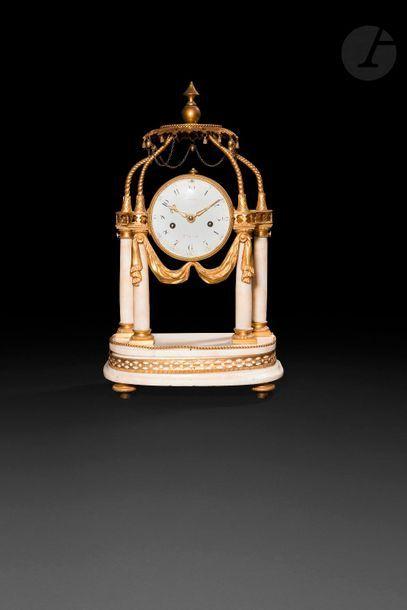 Pendule à la turque en bronze redoré et marbre...