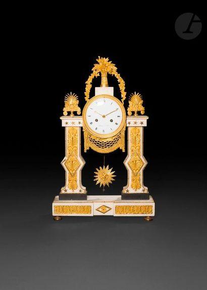 Pendule en marbre blanc et bronze doré de...