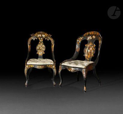 Deux chaises en vernis parisien à incrustations...