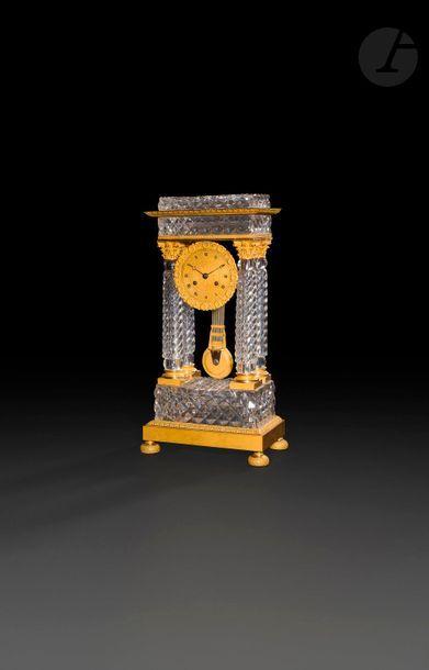Pendule portique en verre taillé et bronze...
