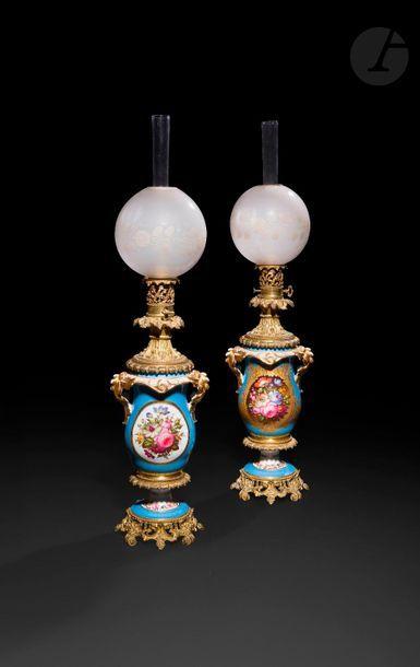 Paire de lampes en porcelaine polychrome...