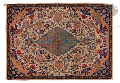 NAIN  Très fin tapis à décor d'un médaillon...