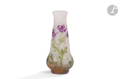 DAUM NANCY Fleurs violettes Vase piriforme...