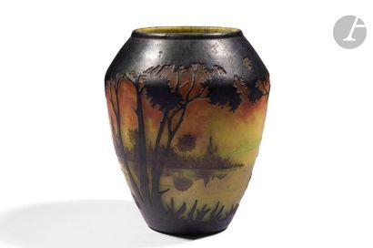 DAUM NANCY Paysage lacustre arboré Vase balustre...