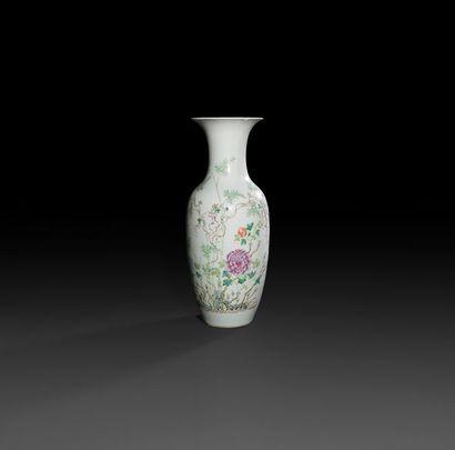 Chine.  Vase de forme balustre en porcelaine...
